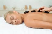 Fényképek kivágott kilátás masszőr csinál forró kő masszázs vonzó nő spa
