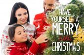 boldog gyerek díszítő karácsonyfa közelében szülők elszigetelt fehér van magad egy vidám kis karácsonyi illusztráció