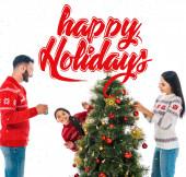 boldog lánya díszítő karácsonyfa közelében szülők elszigetelt fehér boldog ünnepek illusztráció