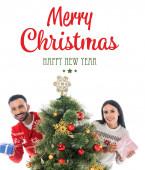 šťastný muž a žena drží dárky v blízkosti vánoční strom izolované na bílém s veselými vánocemi a šťastný nový rok psaní