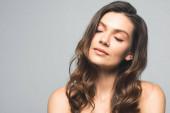 portrét atraktivní něžné ženy se zavřenýma očima, izolovaný na šedi