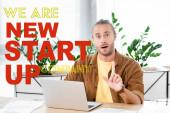 pohledný a šokovaný podnikatel ukazující nápis nápadu v kanceláři s jsme nový start-up společnost ilustrace
