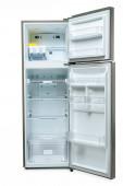 prázdná otevřená lednice a mrazák izolované na bílém