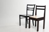 Két modern fa székek szürke háttér