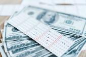 Fotografie selektivní zaměření označené los v blízkosti dolarových bankovek na stole