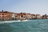 Velence, Olaszország - 2019. szeptember 24.: motorcsónak úszik a nagy csatornán Velence, Olaszország