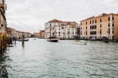 Benátky, Itálie - 24. září 2019: motorové čluny s turisty plovoucí na velkém kanálu v Benátkách, Itálie