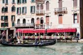 Benátky, Itálie - 24. září 2019: gondoly s turisty plovoucí v blízkosti hotelového marconi v Benátkách, Itálie
