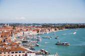 kilátás ókori épületek, motoros hajók és vaporettók úszó a folyón Velence, Olaszország