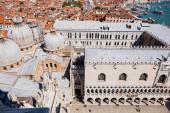 Velence, Olaszország - szeptember 24, 2019: nagy látószögű kilátás katedrális Bazilika Szent Márk és palota doge Velence, Olaszország