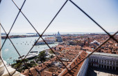 vysoký úhel pohledu na Piazza San Marco, řeka, Santa Maria della Salute kostel a starobylé budovy v Benátkách, Itálie