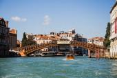 Benátky, Itálie - 24. září 2019: vaporetto plovoucí pod mostem Accademia v italských Benátkách