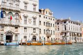 řeka s motorovými čluny v blízkosti starobylých budov v Benátkách, Itálie