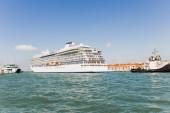 Výletní loď a lodě plovoucí po řece v Benátkách, Itálie