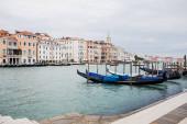 kanál s gondolami a starobylými budovami v Benátkách, Itálie