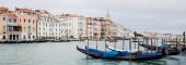 panoramatický záběr kanálu s gondolami a starobylými budovami v Benátkách, Itálie