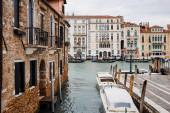 Benátky, Itálie - 24. září 2019: kanál s motorovými čluny a starobylými budovami v Benátkách, Itálie