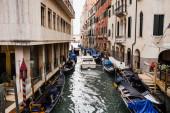 Velence, Olaszország - 2019. szeptember 24.: motorcsónak lebegett a csatornán az ókori épületek közelében Velence, Olaszország