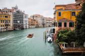 vaporetto plovoucí na kanálu medvěd starobylé budovy v Benátkách, Itálie