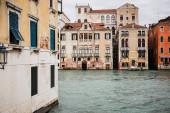 starobylé a barevné budovy a kanál v Benátkách, Itálie