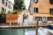 Photo motor boat, canal and ancient buildings in Venice, Italy