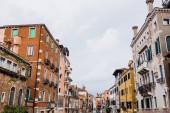 starobylé a barevné budovy s rostlinami v Benátkách, Itálie