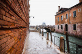 silnice podél kanálu a starobylé budovy v Benátkách, Itálie