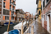 Photo canal, motor boats and ancient buildings in Venice, Italy