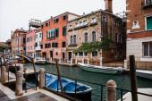 csatorna, motorcsónakok és régi épületek Velence, Olaszország