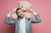 pozitív szakállas férfi öltöny gazdaság teddy maci rózsaszín