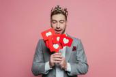 boldog ember koronát tartó kártyák szív Valentin nap, elszigetelt rózsaszín