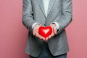 levágott kilátás férfi gazdaság piros szív Valentin nap, elszigetelt rózsaszín