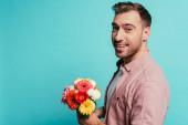 szakállas boldog ember kezében csokor virág, elszigetelt kék