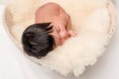 roztomilý novorozenec smíšené závod dítě spí na měkké přikrývky na bílém