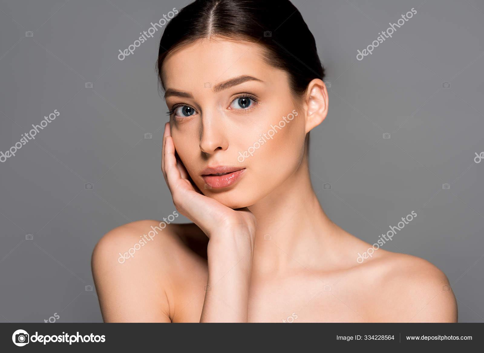 Schöne Nackte Frau Mit Perfekter Haut Isoliert Auf Grau