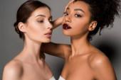 portrét krásných multiiraciálních dívek s perfektní pletí, na šedé