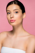 portrét atraktivní dívky s čistou pletí, izolovaný na růžové