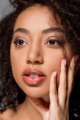 atraktivní africká americká žena s krásnými rty, na šedé
