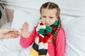 Traurig kranke Tochter im Schal will keine Medikamente nehmen