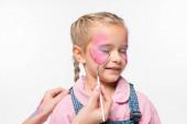 oříznutý pohled umělce malovat motýla na tváři roztomilé dítě izolované na bílém