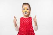 šťastný dítě s tygr náhubek malba na tváři ukazující palce nahoru izolované na bílém