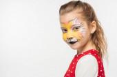 rozkošné dítě s tygří náhubek malování na tvář při pohledu na kameru izolované na bílém