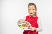 rozkošné dítě s tygří náhubek malování na tvář držení palety izolované na bílém