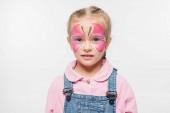 töprengő gyermek pillangó festmény az arcon nézi kamera elszigetelt fehér