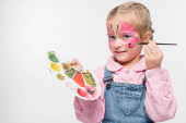 mosolygós gyermek pillangó festmény az arcon gazdaság paletta és ecset elszigetelt fehér