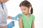 Kinderärztin injizierte Impfstoff an Kind, das auf weiß isoliert war