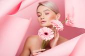 nahá dívka s růžovými květy a make-up v roztrhaném papíru, na růžové