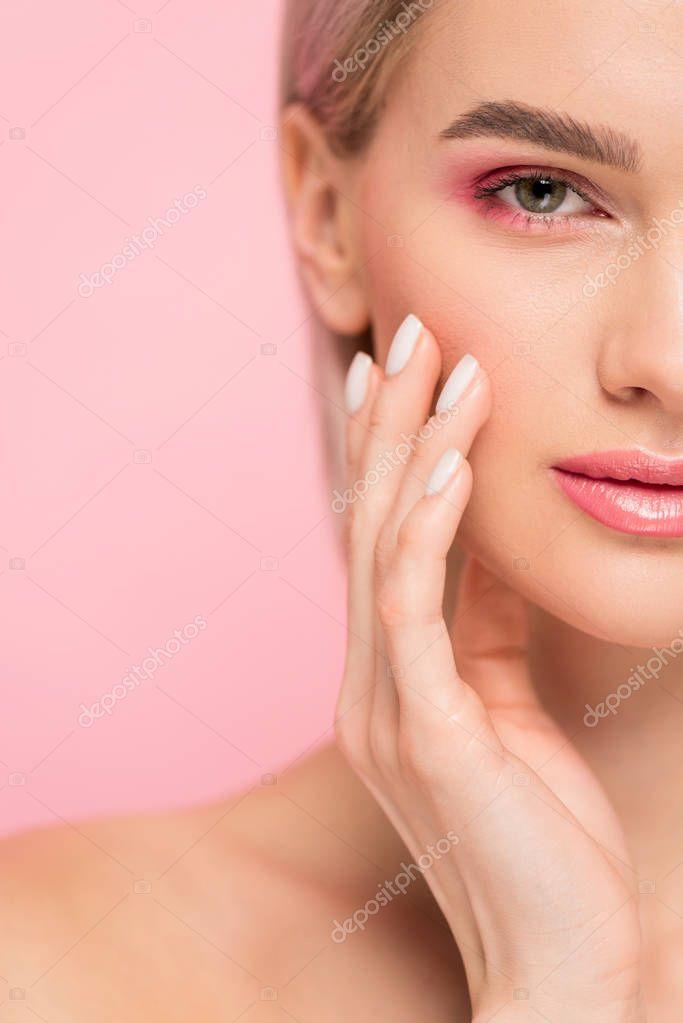 Schöne Zarte Mädchen Mit Perfekter Haut Isoliert Auf Rosa
