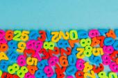 Horní pohled barevných čísel na modrém pozadí