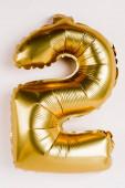 Arany léggömb alakú két szám szürke háttér